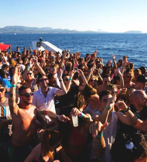 crowd-on-fyb-boat-party